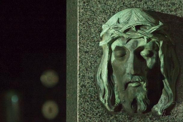Na hřbitově.
