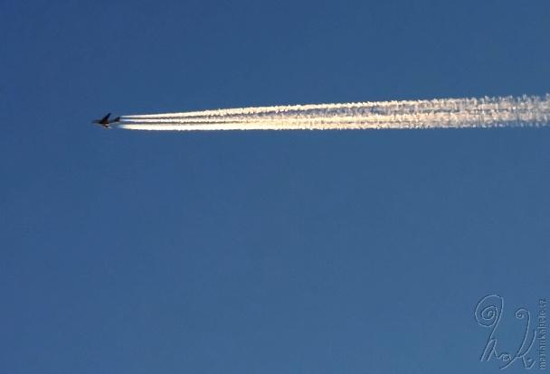 Letadlo na obloze.