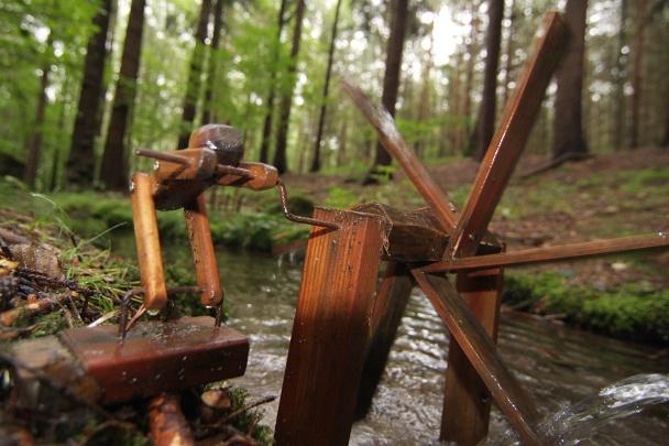 Dřevěný panáček a jeho mlýnek.
